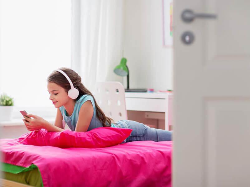 Mädchen mit Kinder-Kopfhörern